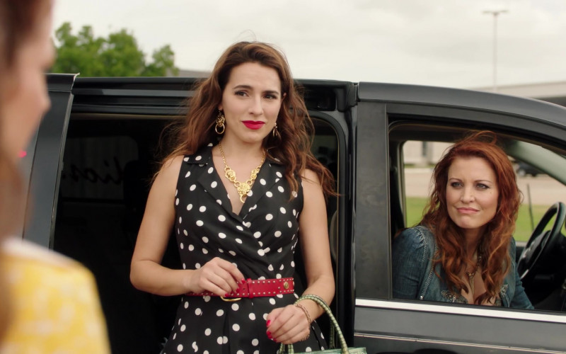 Gucci Necklace of Melia Kreiling as Ginger Sweet in Filthy Rich S01E02 TV Show (1)