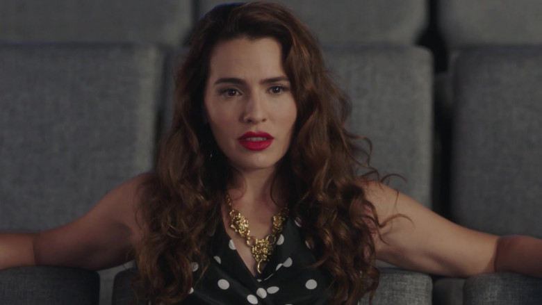 Gucci Necklace of Melia Kreiling as Ginger Sweet in Filthy Rich S01E02 TV Show (2)