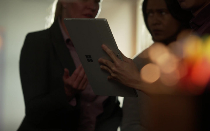 Microsoft Surface Tablet in L.A.'s Finest S02E04 (1)