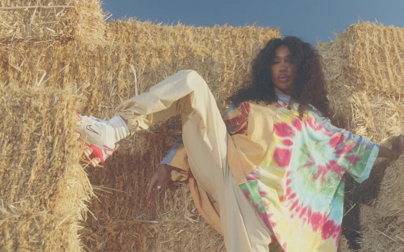 """SZA Nike Shoes in """"Hit Different"""" Music Video (3)"""
