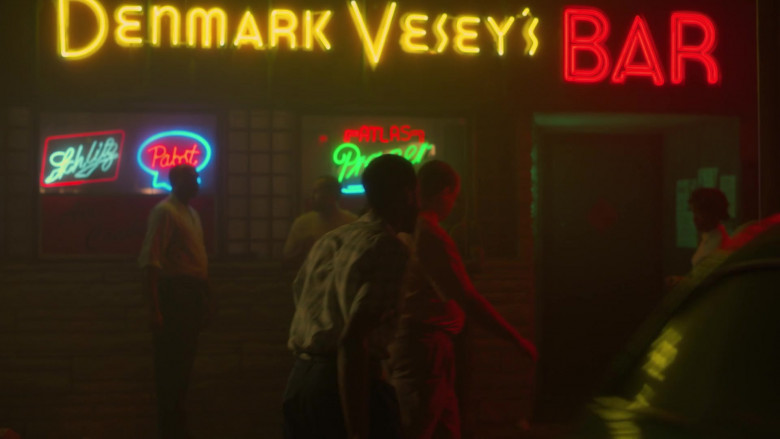 Schlitz and Pabst Beer Neon Signs in Lovecraft Country S01E05