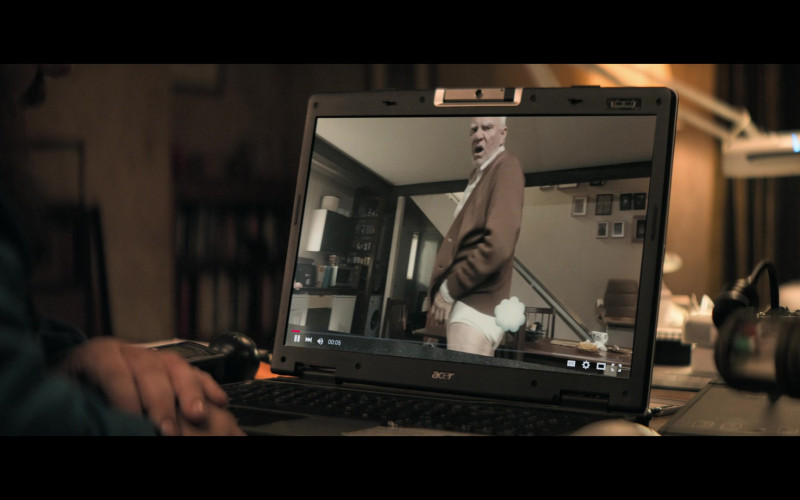 Acer Laptop of Nick Frost as Gus Roberts in Truth Seekers S01E03