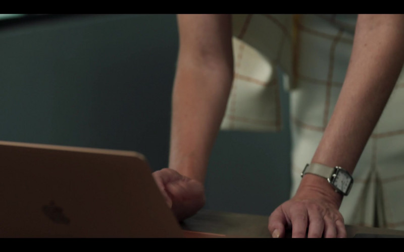 Apple MacBook Laptop in Riviera S03E07 (2020)