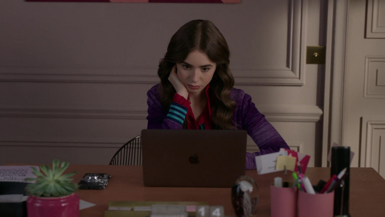 Apple MacBook Laptop of Actress Lily Collins in Emily in Paris S01E09