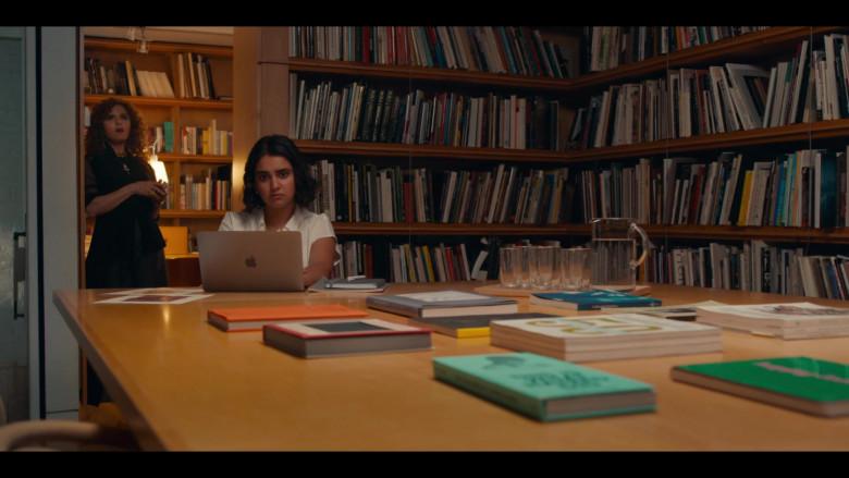 Apple MacBook Laptop of Geraldine Viswanathan as Lucy Gulliver in The Broken Hearts Gallery (1)
