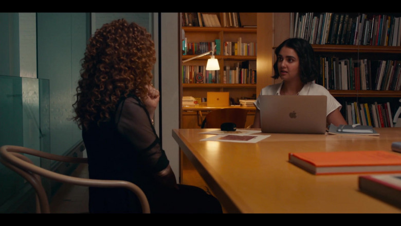 Apple MacBook Laptop of Geraldine Viswanathan as Lucy Gulliver in The Broken Hearts Gallery (2)