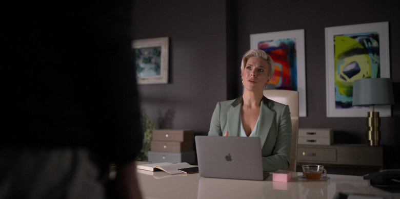 Apple MacBook Laptop of Hannah Waddingham as Rebecca in Ted Lasso S01E10 (1)