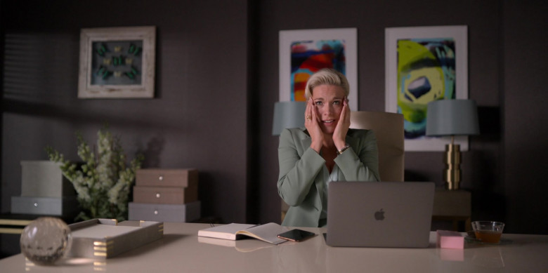 Apple MacBook Laptop of Hannah Waddingham as Rebecca in Ted Lasso S01E10 (2)