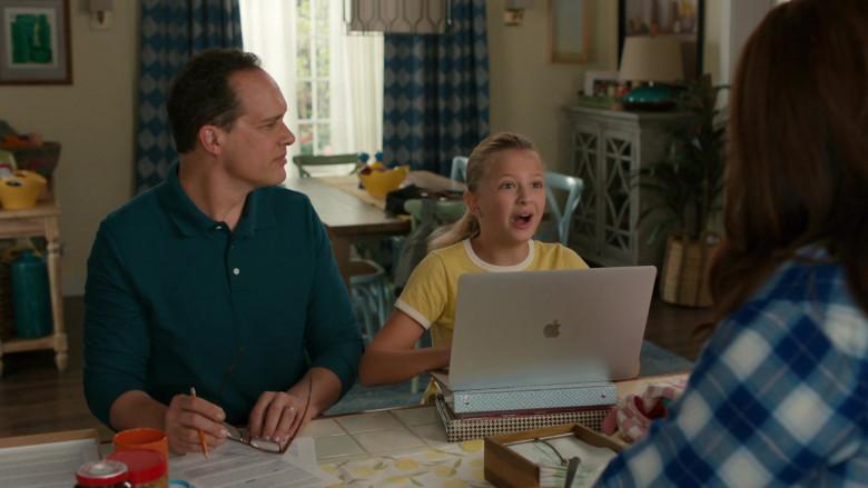 Apple MacBook Laptops in American Housewife S05E01 (1)