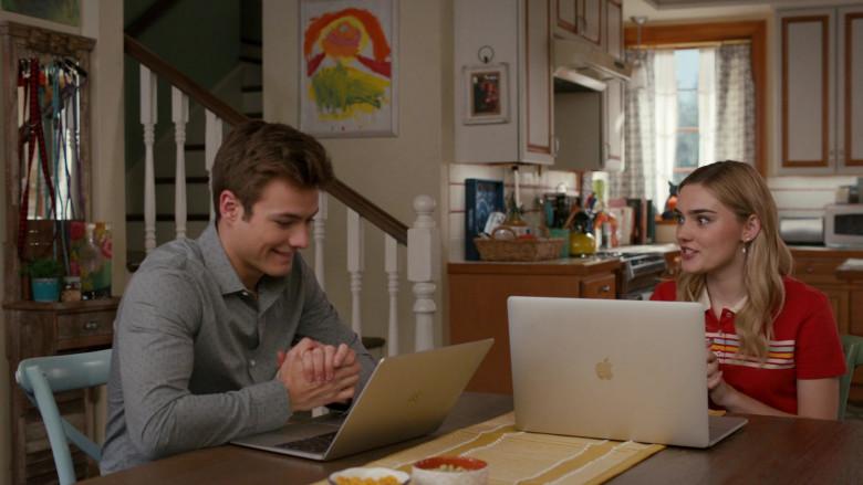 Apple MacBook Laptops in American Housewife S05E01 (2)