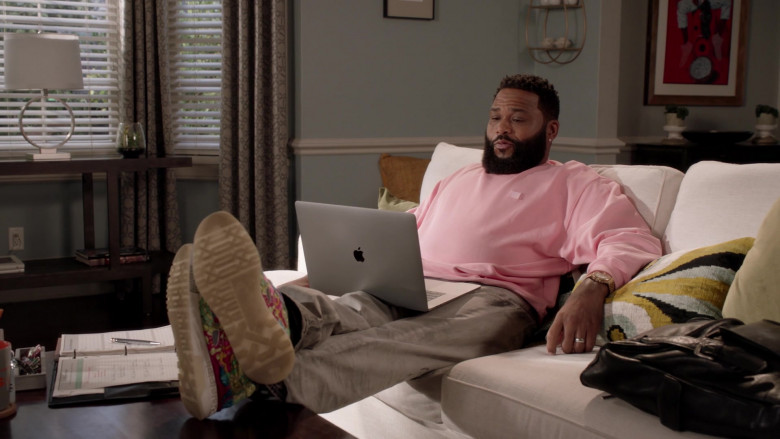Apple MacBook Pro Laptop of Anthony Anderson as Andre 'Dre' Johnson Sr. in Black-ish S07E02 (1)