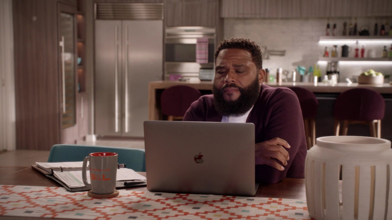 Apple MacBook Pro Laptop of Anthony Anderson as Andre 'Dre' Johnson Sr. in Black-ish S07E02 (2)