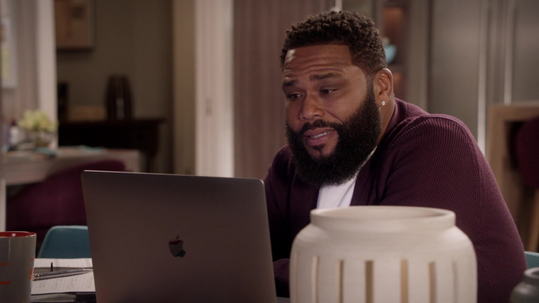Apple MacBook Pro Laptop of Anthony Anderson as Andre 'Dre' Johnson Sr. in Black-ish S07E02 (3)