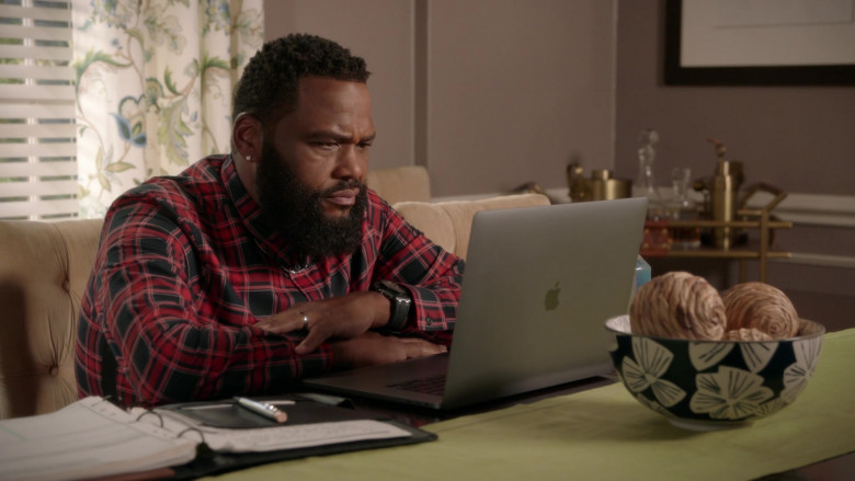 Apple MacBook Pro Laptop of Anthony Anderson as Andre 'Dre' Johnson in Black-ish S07E01 (1)