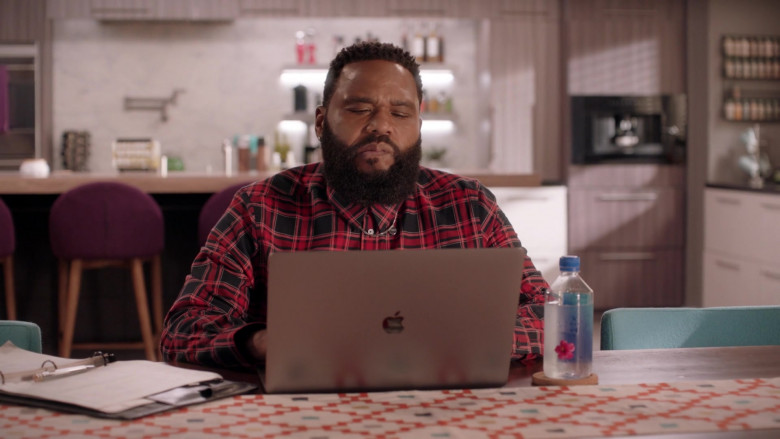 Apple MacBook Pro Laptop of Anthony Anderson as Andre 'Dre' Johnson in Black-ish S07E01 (2)