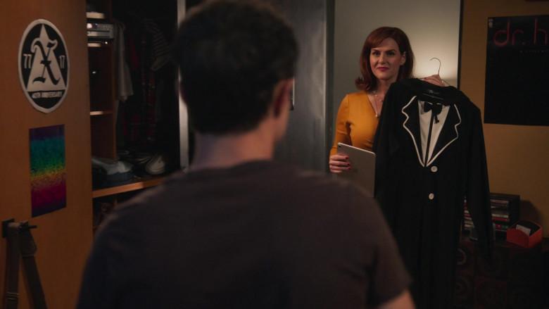 Apple iPad Tablet Held by Sara Rue as Ellen in American Pie Presents Girls' Rules (1)
