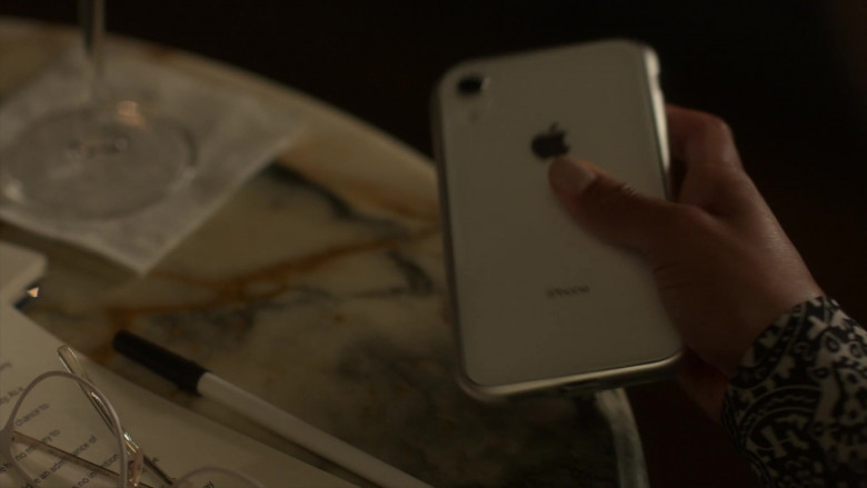 Apple iPhone Smartphone in Power Book 2 Ghost S01E05