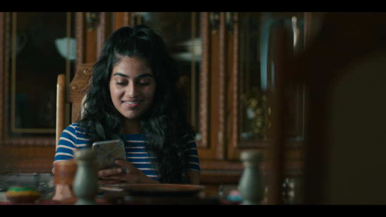 Apple iPhone Smartphone of Ashley Ganger as Meera Pakam in Grand Army S01E02 (1)