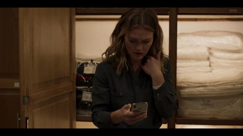 Apple iPhone Smartphone of Julia Stiles in Riviera S03E04 (2020)