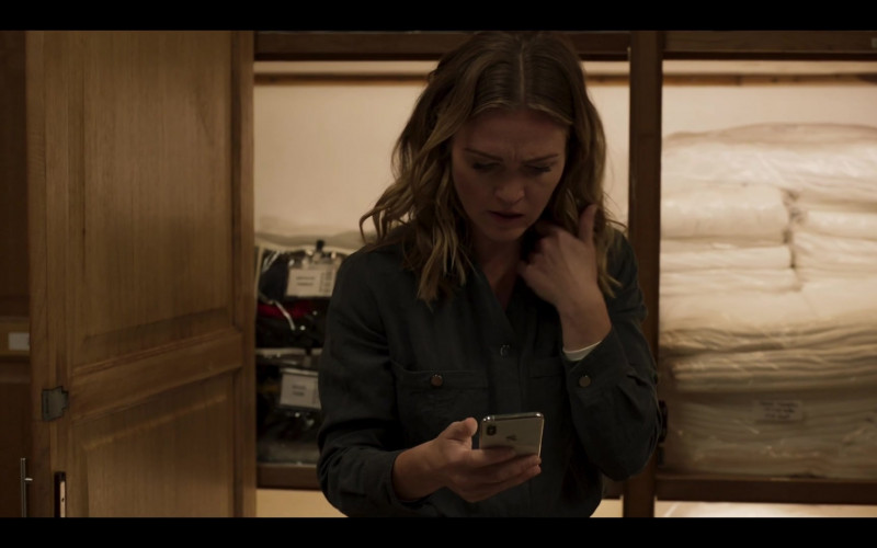 Apple iPhone Smartphone of Julia Stiles in Riviera S03E04 (2020)