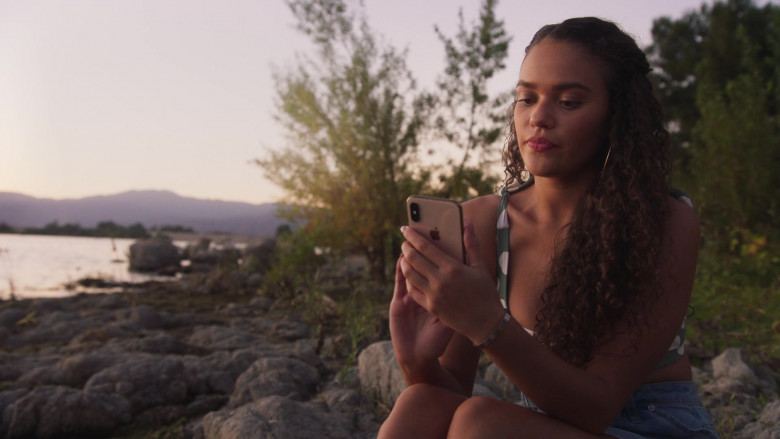 Apple iPhone Smartphone of Madison Pettis as Annie in American Pie Presents Girls' Rules (2)