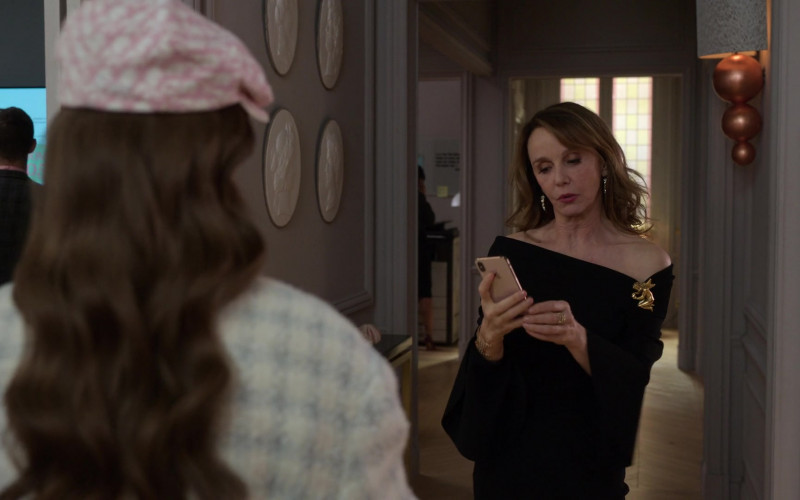 Apple iPhone Smartphone of Philippine Leroy-Beaulieu as Sylvie in Emily in Paris S01E10