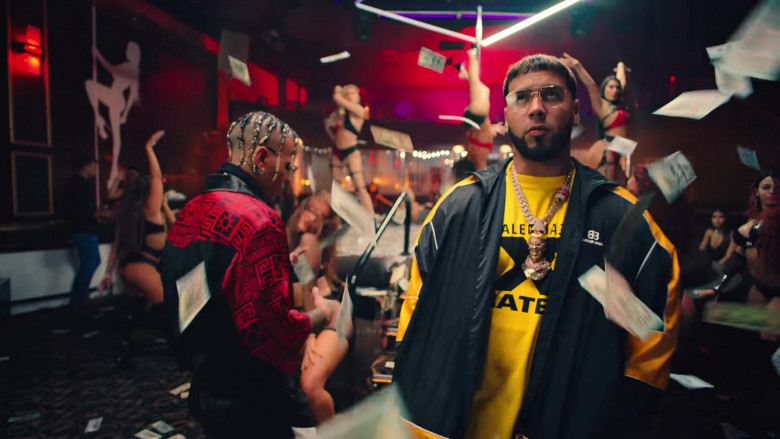 """Balenciaga Jacket Outfit of Anuel AA in """"Reloj"""" Music Video Clip (3)"""