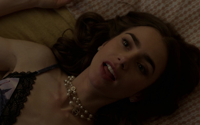Chanel Necklaces of Lily Collins in Emily in Paris S01E06 (1)