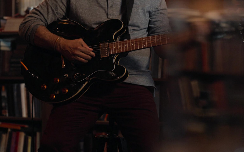 Epiphone Guitar in Ghostwriter S02E01 The Ghostly Paintbrush, Part 2 (2020)