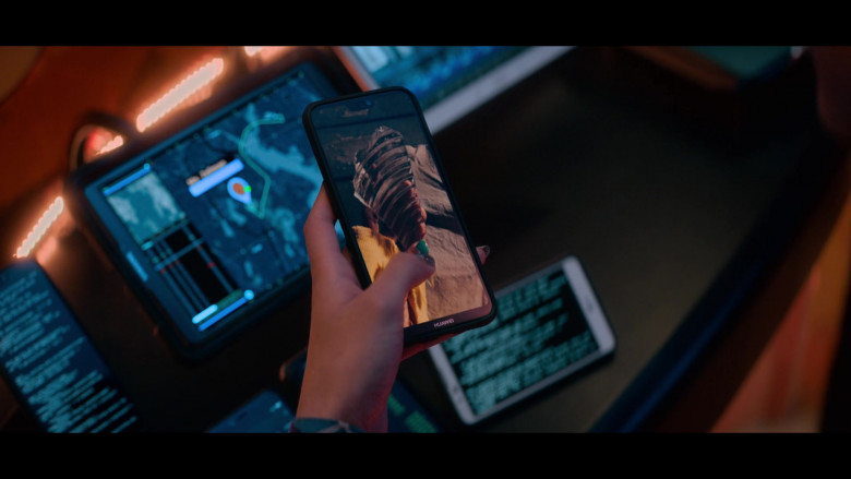 Huawei Smartphone of of Troy Leigh-Anne Johnson as Berna Vincent in A Babysitter's Guide to Monster Hunting (2020)