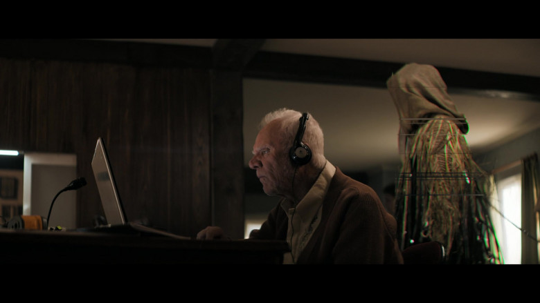 Logitech Headset of Malcolm McDowell as Richard Roberts in Truth Seekers S01E02 (2)