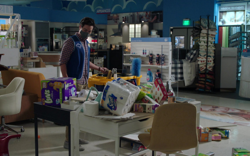 Luvs Diapers and Scott Paper Towels in Superstore S06E01 (1)