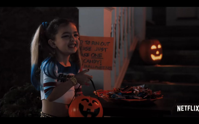 REESE'S and Almond Joy Candy Bars in Hubie Halloween (2020)