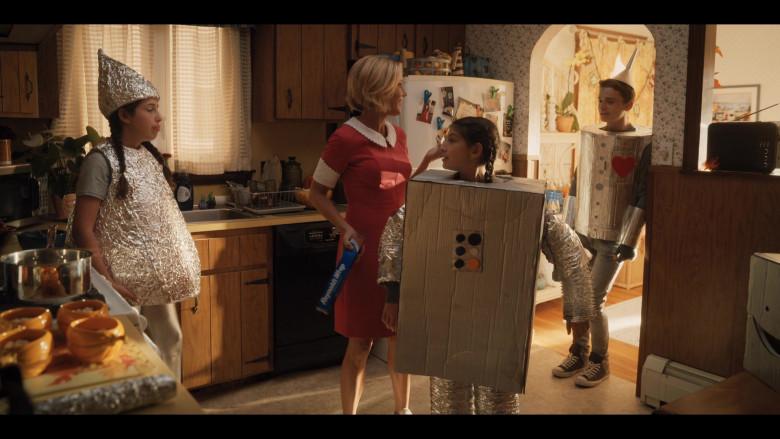 Reynolds Wrap Aluminum Foil Held by Julie Bowen as Violet Valentine in Hubie Halloween (3)