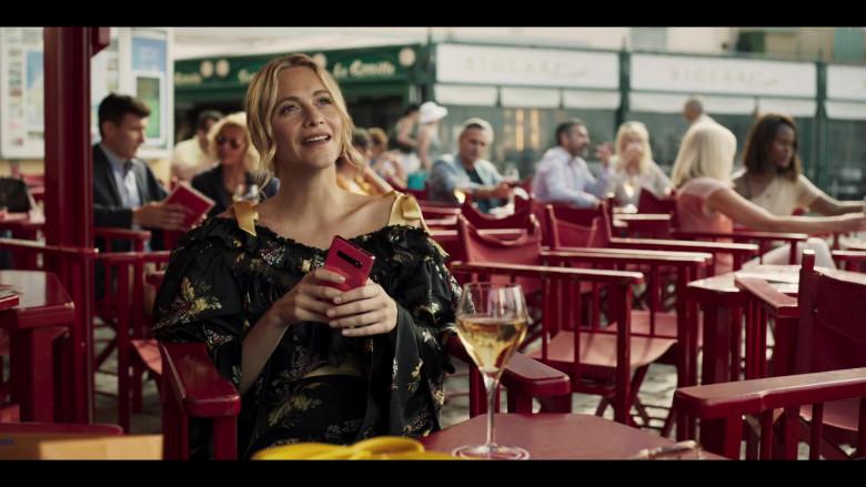 Samsung Galaxy Pink Smartphone of Synnøve Macody Lund in Riviera S03E04 (2020)