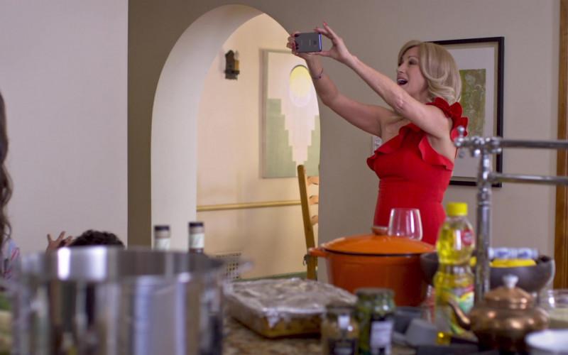 Samsung Galaxy Smartphone of Jane Seymour as Helen in Friendsgiving (2020)