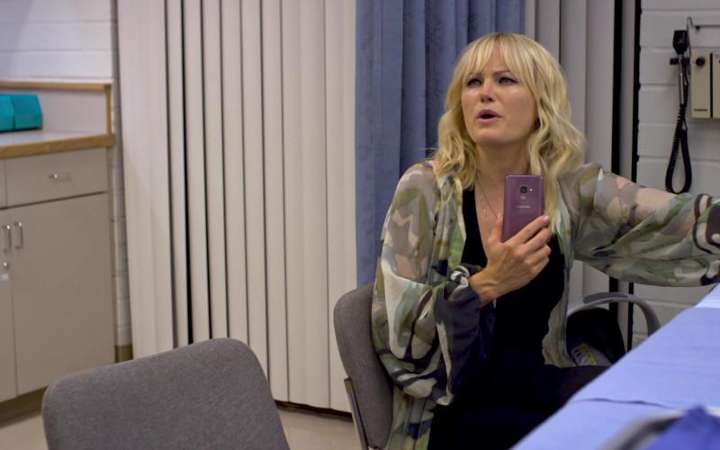 Samsung Galaxy Smartphone of Malin Åkerman as Molly in Friendsgiving (2020)