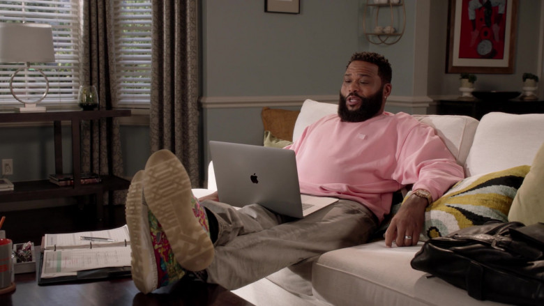 Apple MacBook Laptop of Actor Anthony Anderson as Dre Johnson in Black-ish S07E04 (1)