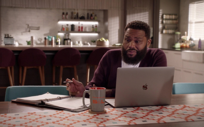 Apple MacBook Laptop of Actor Anthony Anderson as Dre Johnson in Black-ish S07E04 (2)