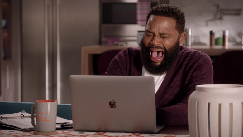 Apple MacBook Laptop of Actor Anthony Anderson as Dre Johnson in Black-ish S07E04 (3)