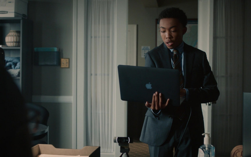Apple MacBook Laptop of Asante Blackk as Malik Hodges in This Is Us S05E04 TV Show (1)