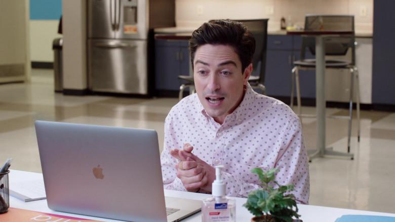 Apple MacBook Laptop of Ben Feldman as Jonah Simms in Superstore S06E04 TV Show (2)
