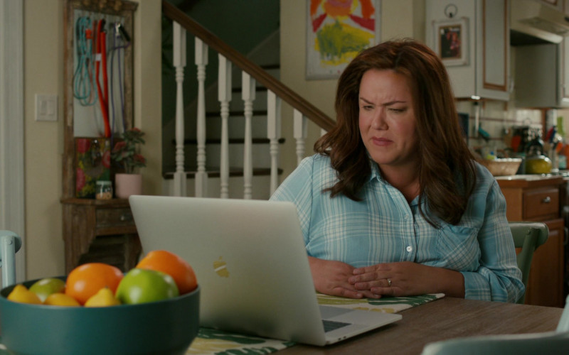 Apple MacBook Laptop of Katy Mixon in American Housewife S05E02 Psych (2020)