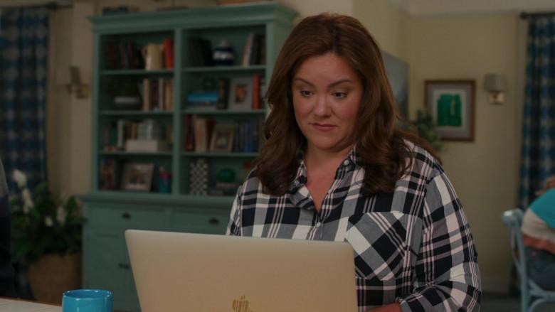 Apple MacBook Pro Laptop of Katy Mixon in American Housewife S05E04 (1)