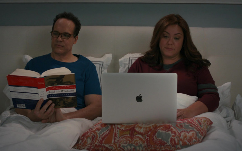 Apple MacBook Pro Laptop of Katy Mixon in American Housewife S05E04 (2)
