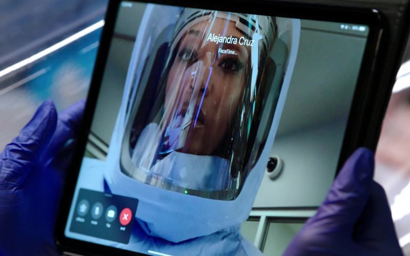 Apple iPad Tablet and FaceTime Videotelephony Used by Yaya DaCosta as April Sexton in Chicago Med S06E02