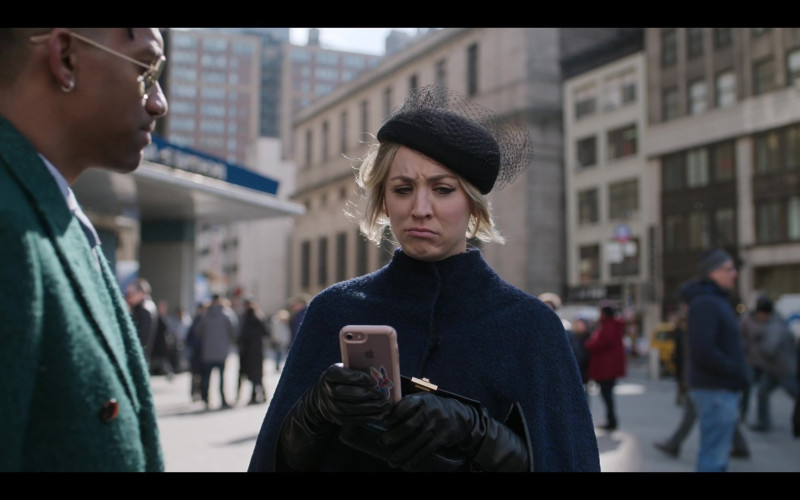 Apple iPhone Smartphone of Kaley Cuoco as Cassie Bowden in The Flight Attendant S01E03