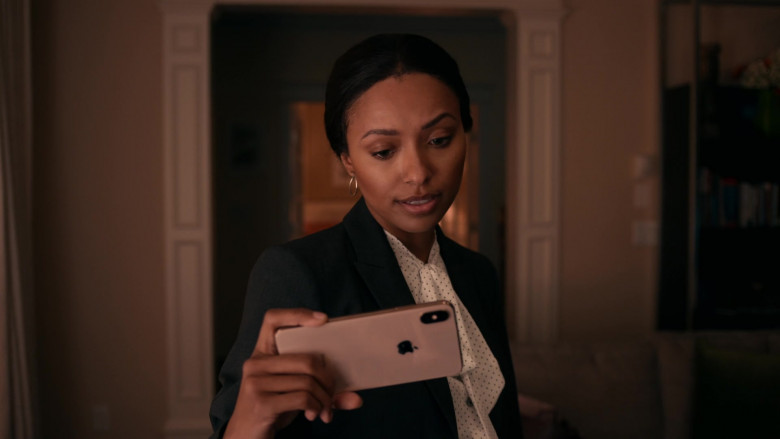 Apple iPhone Smartphone of Kat Graham as Erica Miller in Operation Christmas Drop (2020)