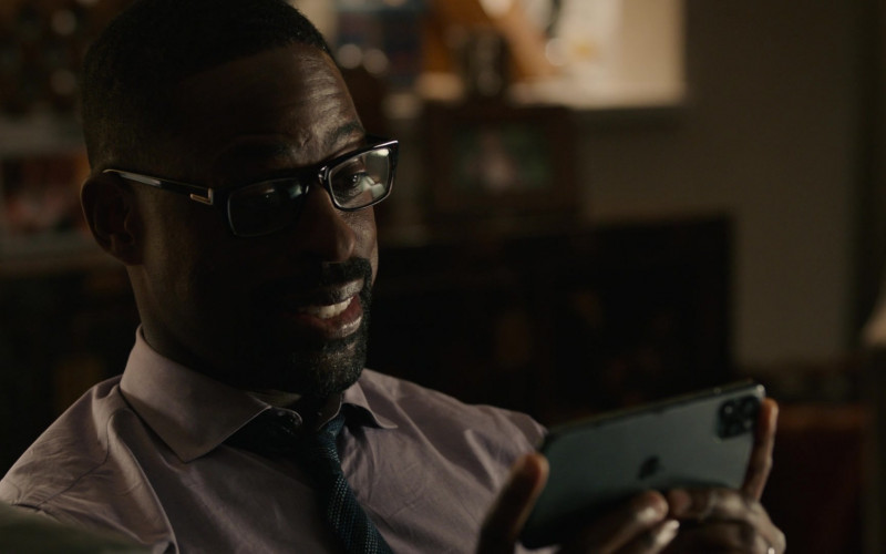 Apple iPhone Smartphone of Sterling K. Brown as Randall in This Is Us S05E04 Honestly (2020)