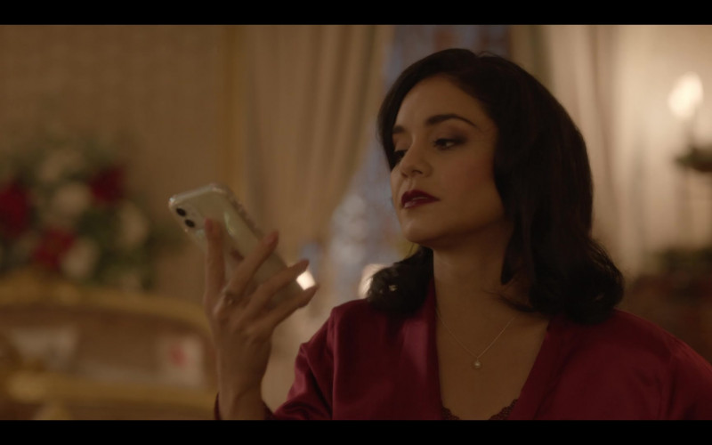 Apple iPhone Smartphone of Vanessa Hudgens in The Princess Switch Switched Again (2020)